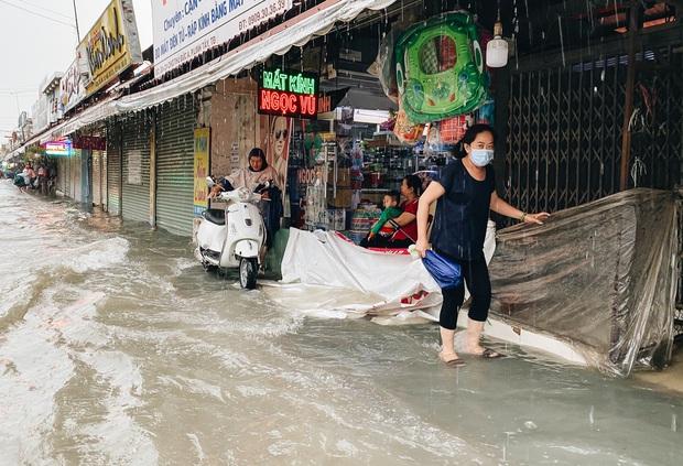"""TP.HCM: Chợ Thủ Đức ngập nặng từ trong ra ngoài do mưa lớn, nhiều tiểu thương """"khóc ròng"""" - Ảnh 14."""
