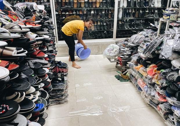 """TP.HCM: Chợ Thủ Đức ngập nặng từ trong ra ngoài do mưa lớn, nhiều tiểu thương """"khóc ròng"""" - Ảnh 15."""