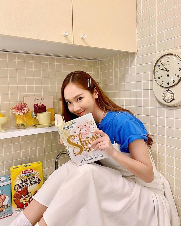 Hoãn tung tiểu thuyết, Jessica không nhận là cựu thành viên SNSD nhưng lại 7749 lần để nhóm cũ làm cameo trên bìa sách? - Ảnh 1.