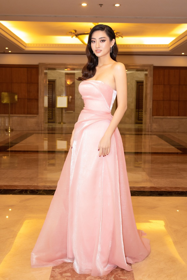 """""""Quân đoàn"""" Hoa hậu Á hậu lộng lẫy đổ bộ thảm đỏ họp báo HHVN 2020, Tiểu Vy đội vương miện 3 tỉ chiếm trọn spotlight - Ảnh 7."""