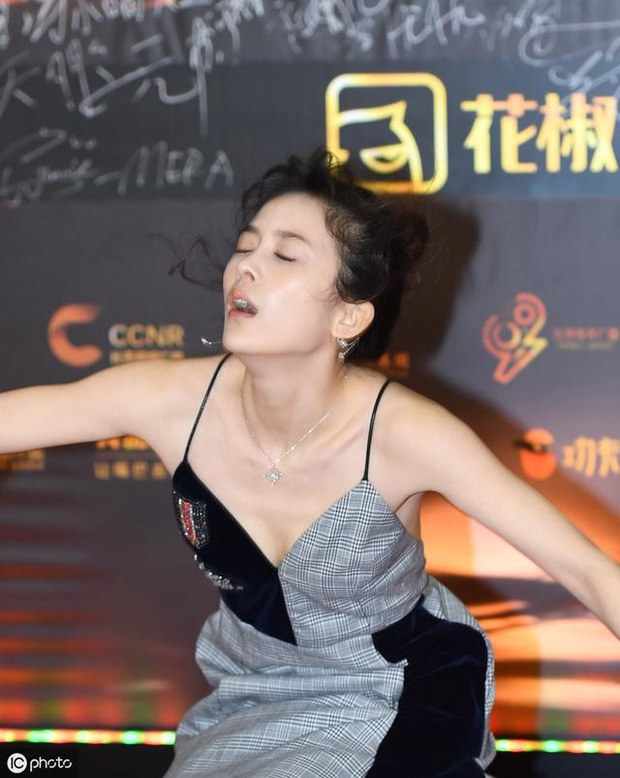 Tranh cãi trên Weibo: Địch Lệ Nhiệt Ba lép vế trước bạn gái tin đồn vô danh của Hồ Nhất Thiên khi chụp ảnh chung? - Ảnh 5.