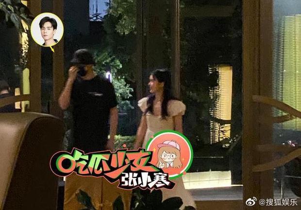 Tranh cãi trên Weibo: Địch Lệ Nhiệt Ba lép vế trước bạn gái tin đồn vô danh của Hồ Nhất Thiên khi chụp ảnh chung? - Ảnh 7.