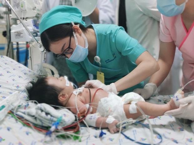 Bé 2 tháng tuổi vào viện với làn da màu xanh do ngộ độc nitrite - Ảnh 1.