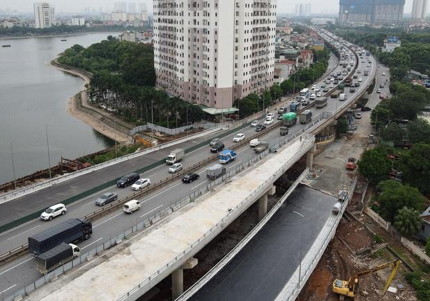 Cận cảnh tuyến đường vành đai 3 đi thấp qua hồ Linh Đàm đang trong quá trình hoàn thiện - Ảnh 4.