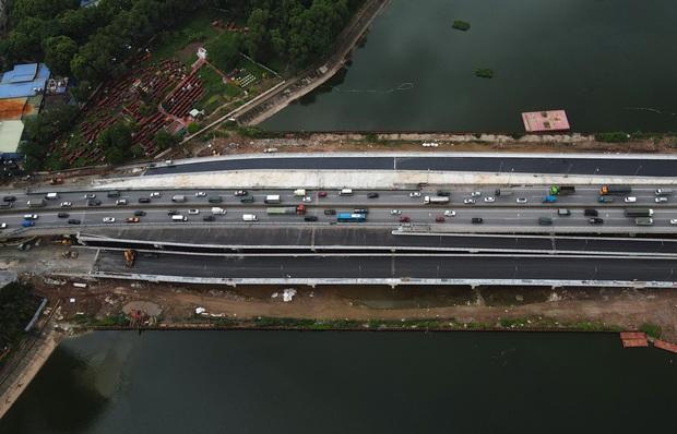 Cận cảnh tuyến đường vành đai 3 đi thấp qua hồ Linh Đàm đang trong quá trình hoàn thiện - Ảnh 14.