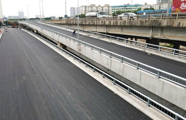 Cận cảnh tuyến đường vành đai 3 đi thấp qua hồ Linh Đàm đang trong quá trình hoàn thiện - Ảnh 16.