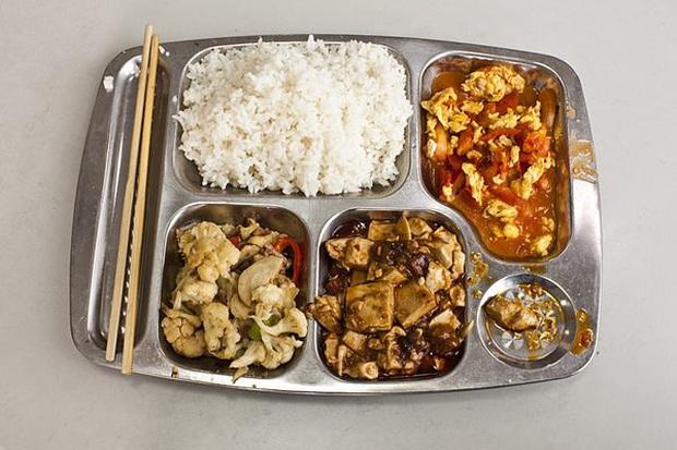 240 học sinh bốn trường tại Trung Quốc nhập viện vì nghi ngộ độc thức ăn - Ảnh 1.
