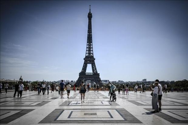 Sơ tán hàng trăm người khỏi khu vực tháp Eiffel vì đe dọa có bom - Ảnh 1.