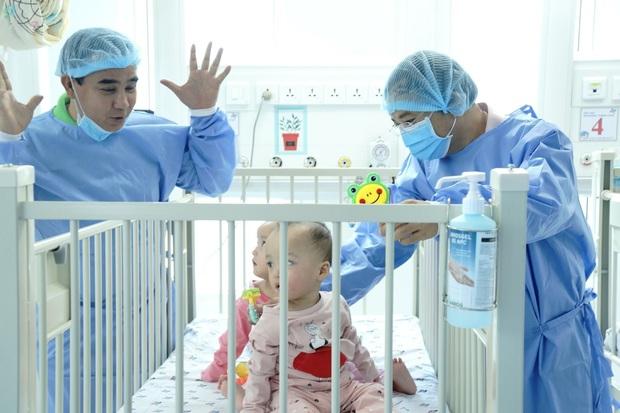 MC Quyền Linh đến thăm Trúc Nhi - Diệu Nhi trước khi 2 con xuất viện, về nhà đón Trung thu cùng bố mẹ - Ảnh 1.