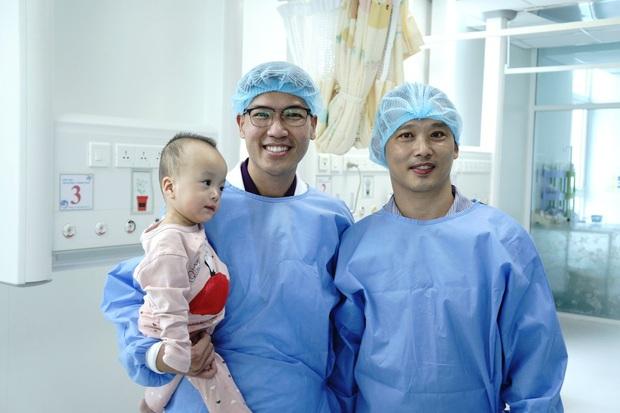 MC Quyền Linh đến thăm Trúc Nhi - Diệu Nhi trước khi 2 con xuất viện, về nhà đón Trung thu cùng bố mẹ - Ảnh 3.