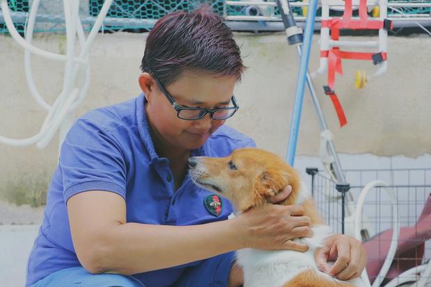 Người phụ nữ nuôi chó mèo bị bại liệt suốt 6 năm, bỏ cả công việc để chăm sóc đàn con của mình - Ảnh 2.