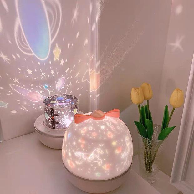 Cả vũ trụ bỗng thu bé lại chỉ bằng 1 căn phòng, tất cả là nhờ đèn ngủ chiếu sao ảo diệu - Ảnh 3.