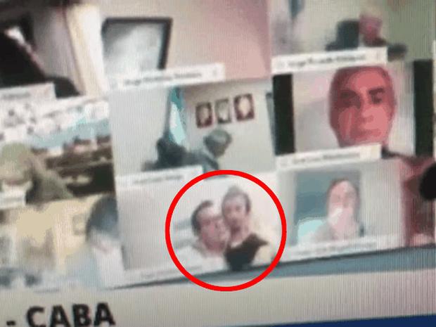 Nghị sĩ Argentina hồn nhiên hôn ngực bạn gái khi đang họp Quốc hội trên Zoom - Ảnh 1.