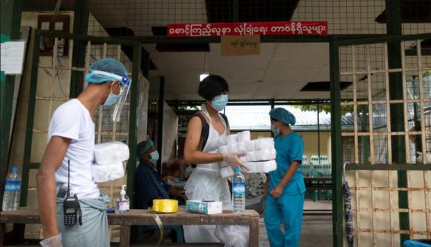 Số ca mắc COVID-19 mới tăng mạnh, Myanmar lo ngại các cơ sở cách ly bị quá tải - Ảnh 1.