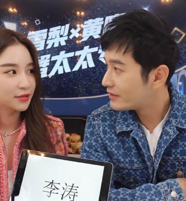 """Huỳnh Hiểu Minh gây sốt với với màn """"hack tuổi thần sầu, khiến MC livestream hot nhất nhì Weibo phải đỏ mặt bối rối - Ảnh 4."""