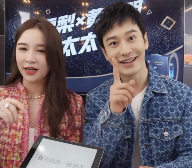 """Huỳnh Hiểu Minh gây sốt với với màn """"hack tuổi thần sầu, khiến MC livestream hot nhất nhì Weibo phải đỏ mặt bối rối - Ảnh 2."""