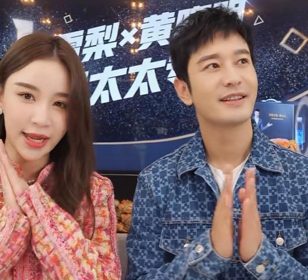 """Huỳnh Hiểu Minh gây sốt với với màn """"hack tuổi thần sầu, khiến MC livestream hot nhất nhì Weibo phải đỏ mặt bối rối - Ảnh 3."""
