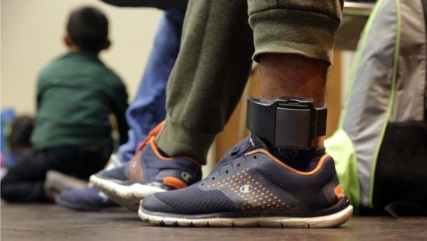 Pháp yêu cầu người phạm tội bạo hành gia đình đeo vòng chân theo dõi - Ảnh 2.