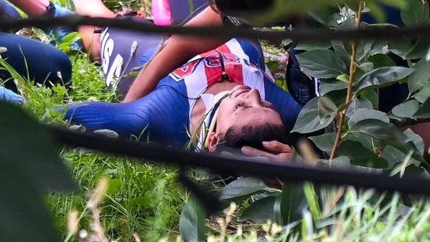 Cua rơ mất lái đâm vào rào chắn và rơi xuống đồi, fan xót xa khi chứng kiến vết thương của nữ VĐV trẻ - Ảnh 3.