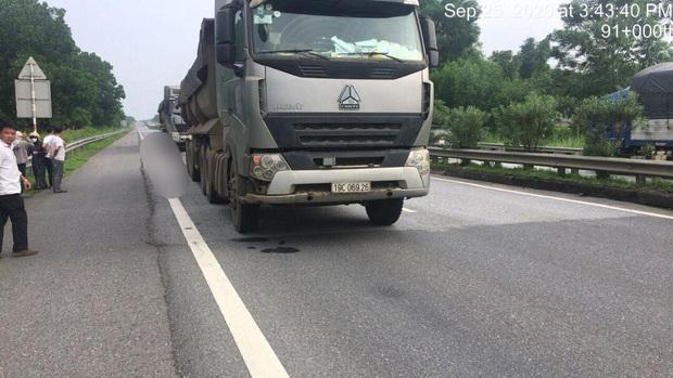 Ngã từ ghế phụ ô tô xuống đường cao tốc, người đàn ông bị xe tải phía sau tông tử vong - Ảnh 1.