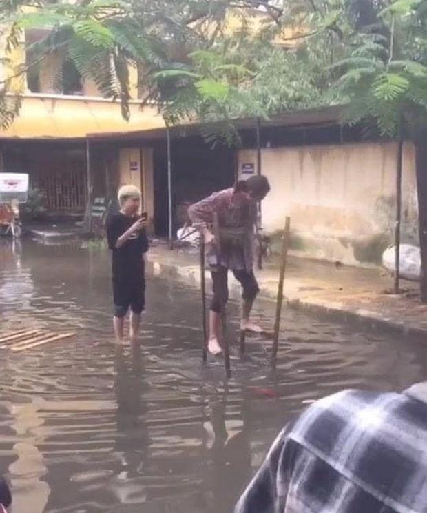 Nỗi khổ của sinh viên Đại học vào mùa mưa: Quần áo, sách vở ướt sũng, phải đi cà kheo đến trường - Ảnh 2.
