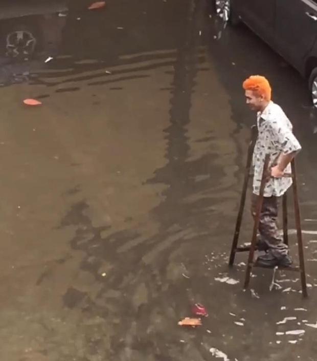 Nỗi khổ của sinh viên Đại học vào mùa mưa: Quần áo, sách vở ướt sũng, phải đi cà kheo đến trường - Ảnh 1.