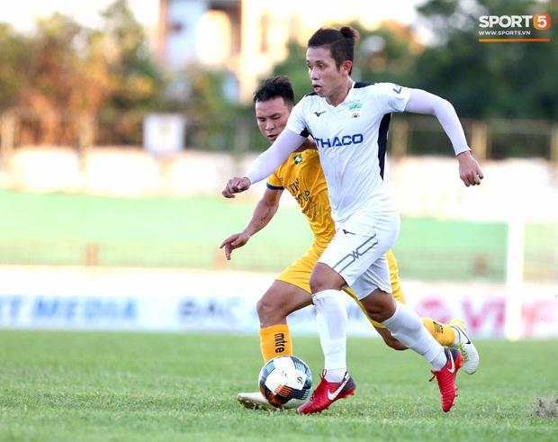 Văn Đức gục ngã sau khi sút hỏng penalty, Văn Thanh ăn mừng như vừa có bàn thắng - Ảnh 7.