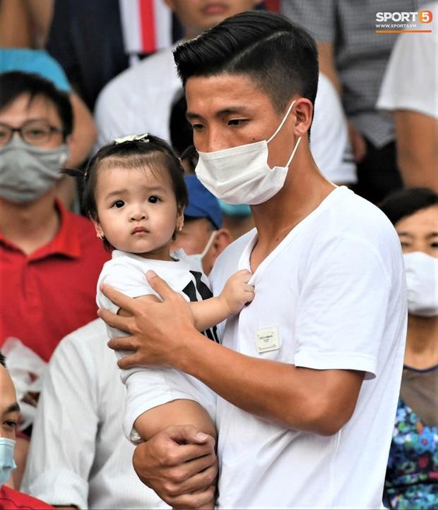 Con gái Tiến Dũng túm chặt cổ áo bố khi tới cổ vũ trận CLB Viettel gặp Sài Gòn FC - Ảnh 1.