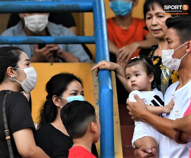 Con gái Tiến Dũng túm chặt cổ áo bố khi tới cổ vũ trận CLB Viettel gặp Sài Gòn FC - Ảnh 2.