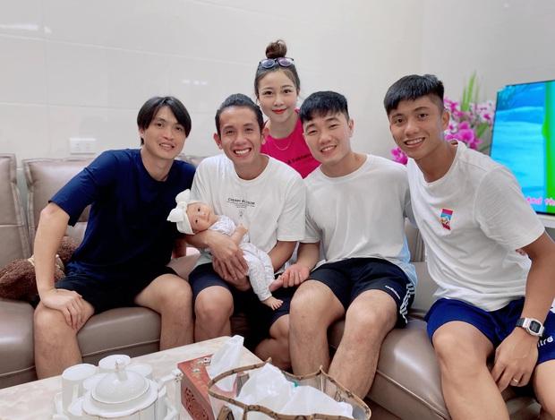 Hội tuyển thủ Việt Nam đến thăm con gái Phan Văn Đức, em bé quyền lực còn bế ngửa đã biết hóng chuyện nhìn camera chụp hình - Ảnh 2.