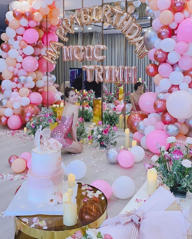 Ngọc Trinh trang hoàng biệt thự 50 tỷ mừng tuổi mới cực hoành tráng, phủ hồng từ nhà đến trang phục khoe body nóng bỏng - Ảnh 2.