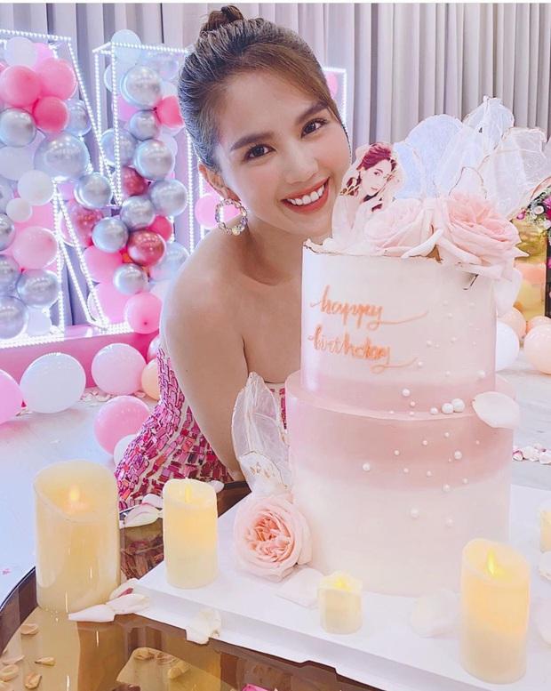 Ngọc Trinh trang hoàng biệt thự 50 tỷ mừng tuổi mới cực hoành tráng, phủ hồng từ nhà đến trang phục khoe body nóng bỏng - Ảnh 4.