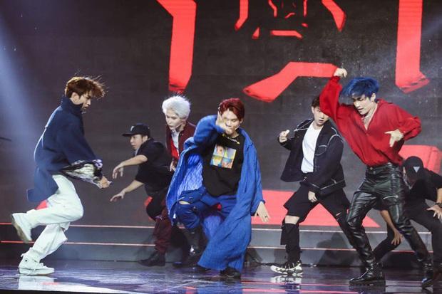 Nhảy quá sung, Lục Huy (Uni5) rách quần ngay trên sân khấu, cách phản ứng sau đó khiến khán giả ngã ngửa - Ảnh 2.