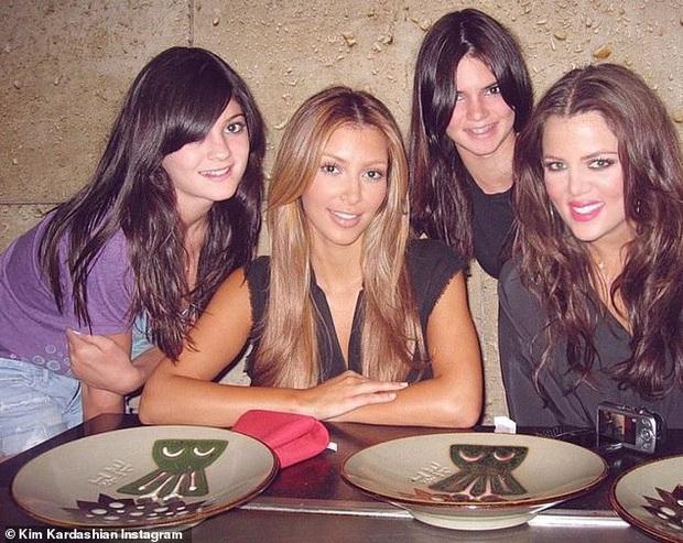 Kim Kardashian tung ảnh... hại hội chị em: Bóc mẽ nhan sắc của Kylie - Kendall, điển hình kiểu Instagram ai người đấy đẹp! - Ảnh 2.