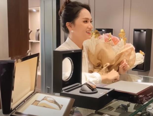 Hương Giang tung vlog khoe biệt thự xa hoa, còn chốt đơn 2 đồng hồ giá 1,2 tỷ: Nữ CEO quyền lực Vbiz đây rồi! - Ảnh 7.