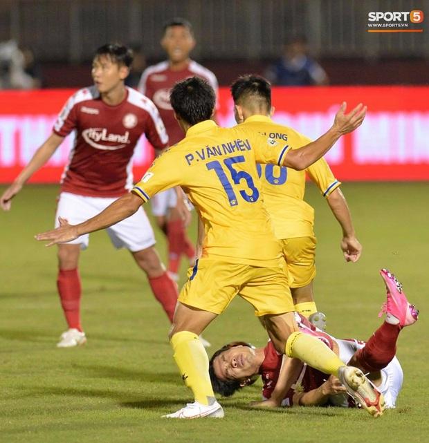 Công Phượng đau đớn rời sân sau khi lập cú đúp bàn thắng vào lưới CLB Nam Định - Ảnh 3.
