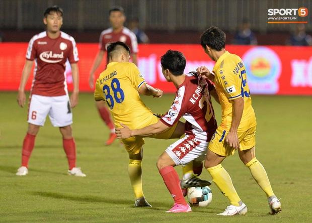 Công Phượng đau đớn rời sân sau khi lập cú đúp bàn thắng vào lưới CLB Nam Định - Ảnh 1.