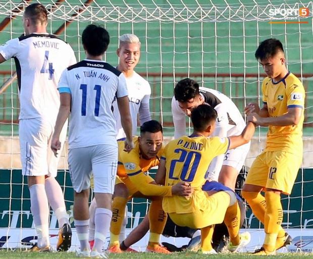 Văn Đức gục ngã sau khi sút hỏng penalty, Văn Thanh ăn mừng như vừa có bàn thắng - Ảnh 5.
