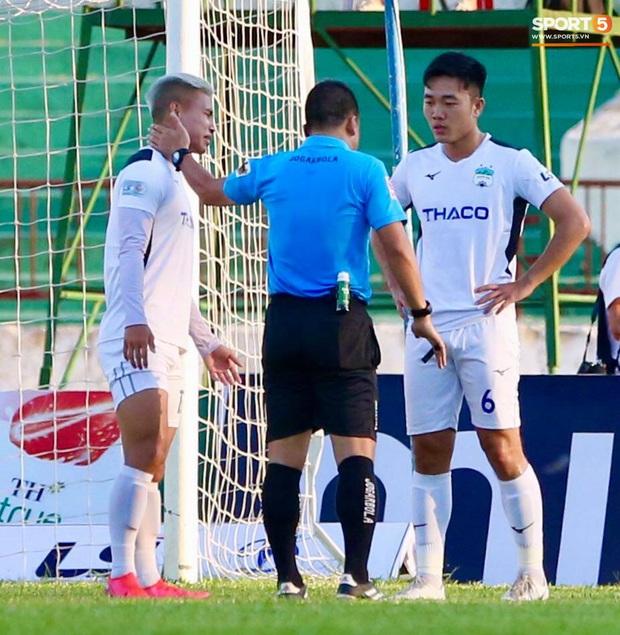 Văn Đức gục ngã sau khi sút hỏng penalty, Văn Thanh ăn mừng như vừa có bàn thắng - Ảnh 2.