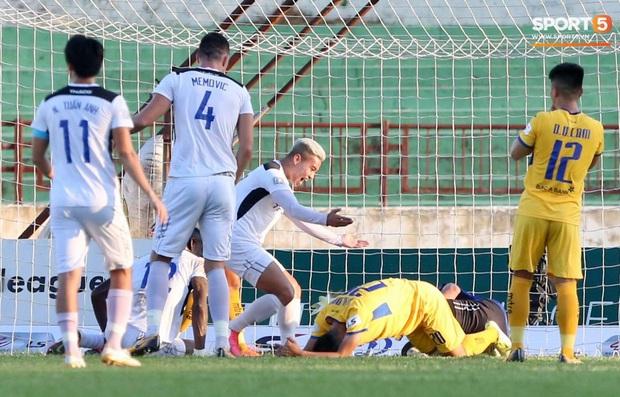 Văn Đức gục ngã sau khi sút hỏng penalty, Văn Thanh ăn mừng như vừa có bàn thắng - Ảnh 3.