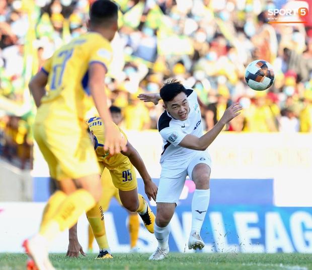 Văn Đức gục ngã sau khi sút hỏng penalty, Văn Thanh ăn mừng như vừa có bàn thắng - Ảnh 1.
