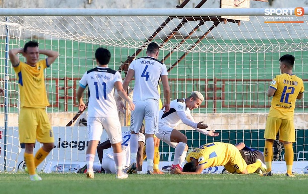 Văn Đức gục ngã sau khi sút hỏng penalty, Văn Thanh ăn mừng như vừa có bàn thắng - Ảnh 4.