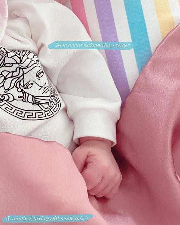 Hot như công chúa nhà Gigi Hadid: Vừa ra đời đã diện cây đồ hiệu, bác Taylor Swift tự tay làm ngay quà đặc biệt dành tặng - Ảnh 2.