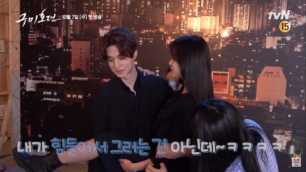 Lee Dong Wook ôm cứng Kim Bum ở hậu trường phim hồ ly, nữ chính ra rìa thật rồi - Ảnh 6.