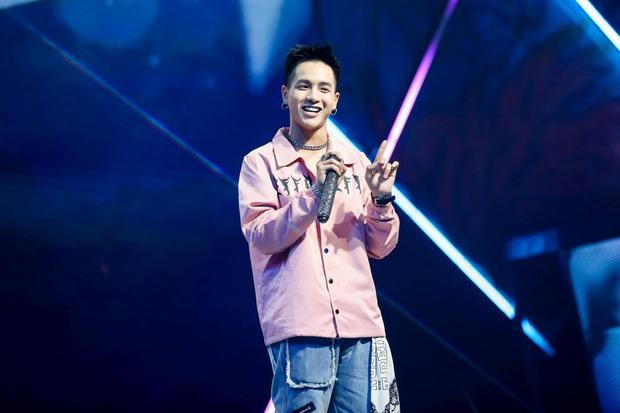 King Of Rap: Bất ngờ với bản Rap Hoa Nở Không Màu, thí sinh Rap nhạc Trịnh được book show ngay tại sân khấu - Ảnh 5.