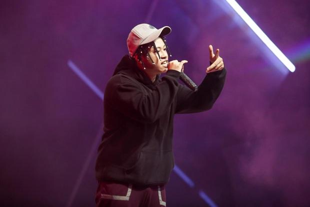 King Of Rap: Bất ngờ với bản Rap Hoa Nở Không Màu, thí sinh Rap nhạc Trịnh được book show ngay tại sân khấu - Ảnh 11.