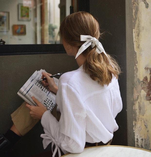 Gái Pháp mặc gì cũng sang và xinh lịm tim bởi họ rất ưu ái cho món phụ kiện nhỏ xinh này - Ảnh 10.