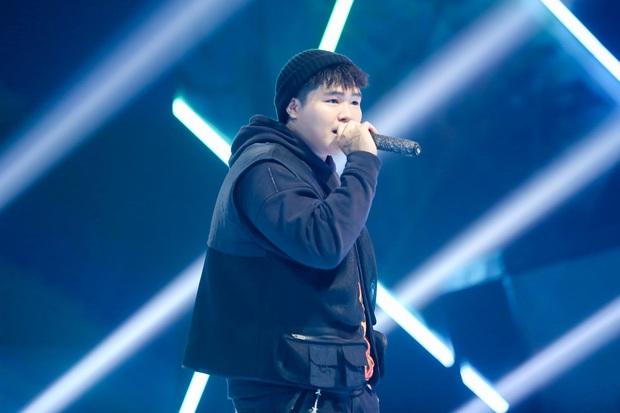 King Of Rap: Bất ngờ với bản Rap Hoa Nở Không Màu, thí sinh Rap nhạc Trịnh được book show ngay tại sân khấu - Ảnh 3.