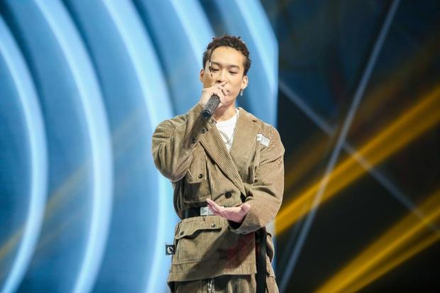King Of Rap: Bất ngờ với bản Rap Hoa Nở Không Màu, thí sinh Rap nhạc Trịnh được book show ngay tại sân khấu - Ảnh 4.
