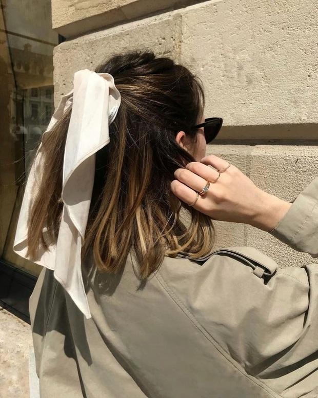 Gái Pháp mặc gì cũng sang và xinh lịm tim bởi họ rất ưu ái cho món phụ kiện nhỏ xinh này - Ảnh 12.